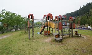 小川が流れる「須知川河川水辺公園」はキレイに整備され、お弁当を食べに少し寄り道するには最適。